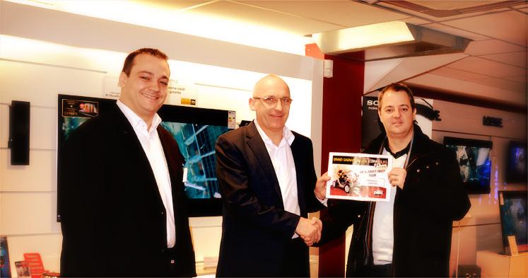 Miguel (Directeur magasin Boulogne), Michel (Responsable des Achats), et Mr Louveau (Gagnant du jeu)