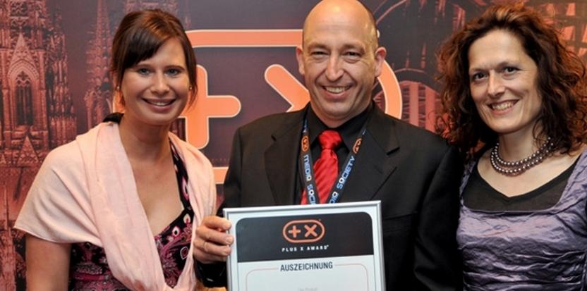 Le directeur d'Ultrasone et son PLUS-X-AWARD pour la technologie S-Logic