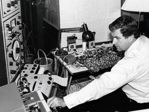 Ray Dolby dans son atelier