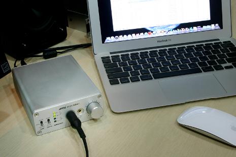 Un casque connecté sur le DAC Ami DDH-1, le tout relié à un Macbook Pro !