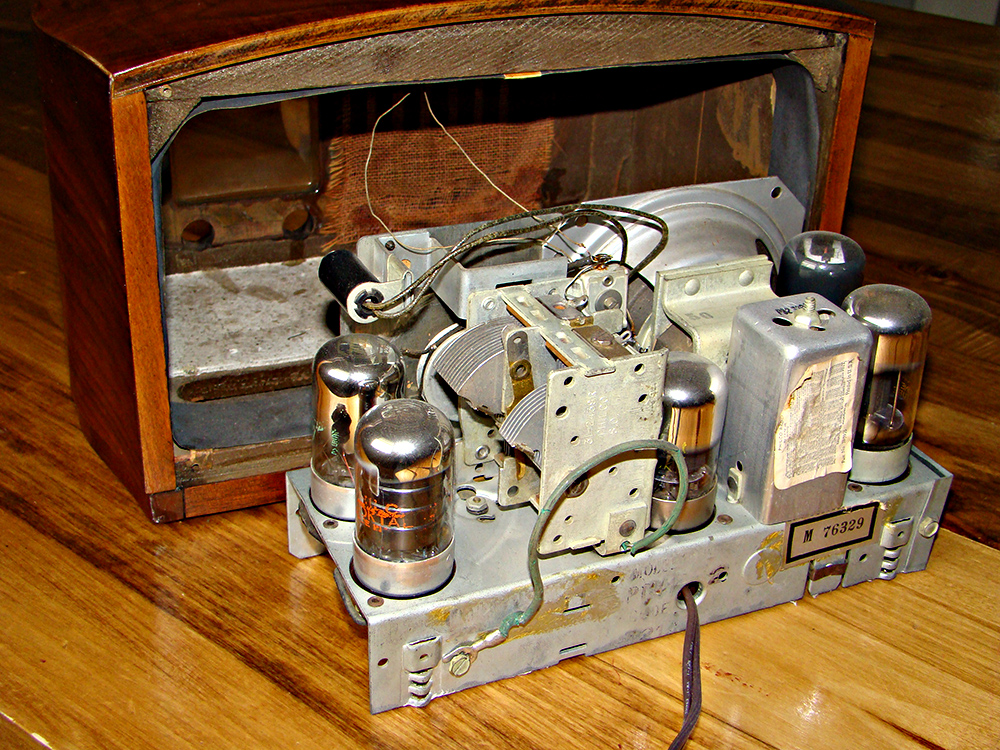 Philco_radio_model_PT44_chassis_back