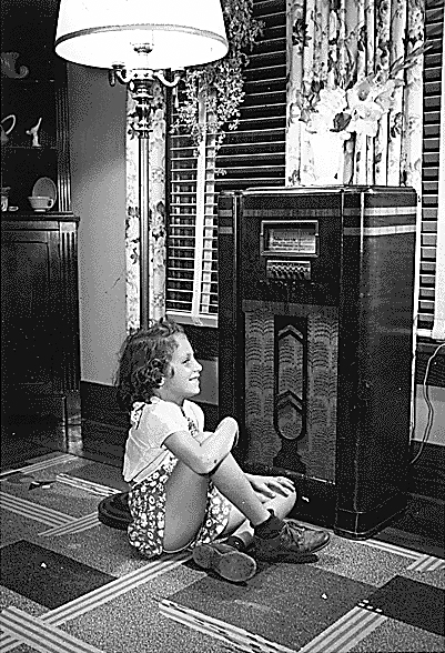 Girl_listening_to_radio