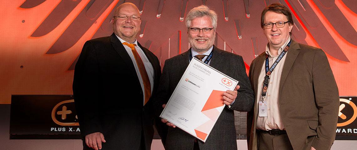 Norbert Lehmann, au centre, recevant un Plus X Award !