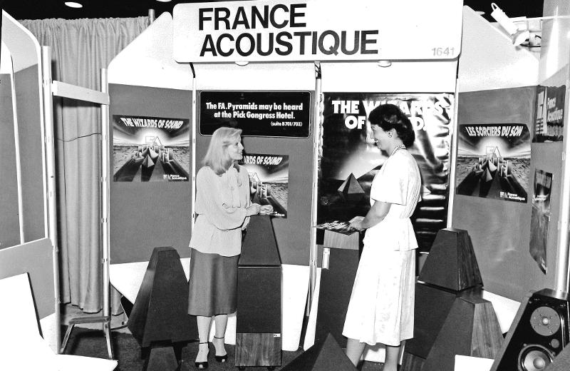 Mme Torchin représentant la marque France Acoustique au salon de Chicago (1979)