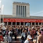 1995 Kurz vor der …ffnung des MessegelŠndes warten die Besucher am Eingang Nord im Sonnenschein. 1995 Visitors waiting for the opening at the entrance North.