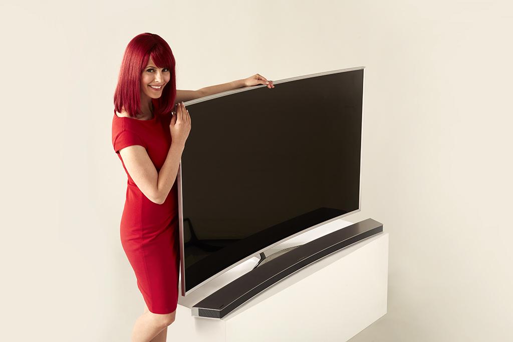 IFABerlin 2015 - Miss IFA présente le Samsung SUHDTV avec Soundbar (Sources : Messe Berlin)