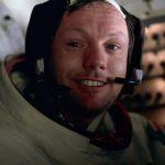 Neil Armstrong avec un bonnet Snoopy équipé d'un casque Plantronics Spencom 01 pour la mission Apollo 11