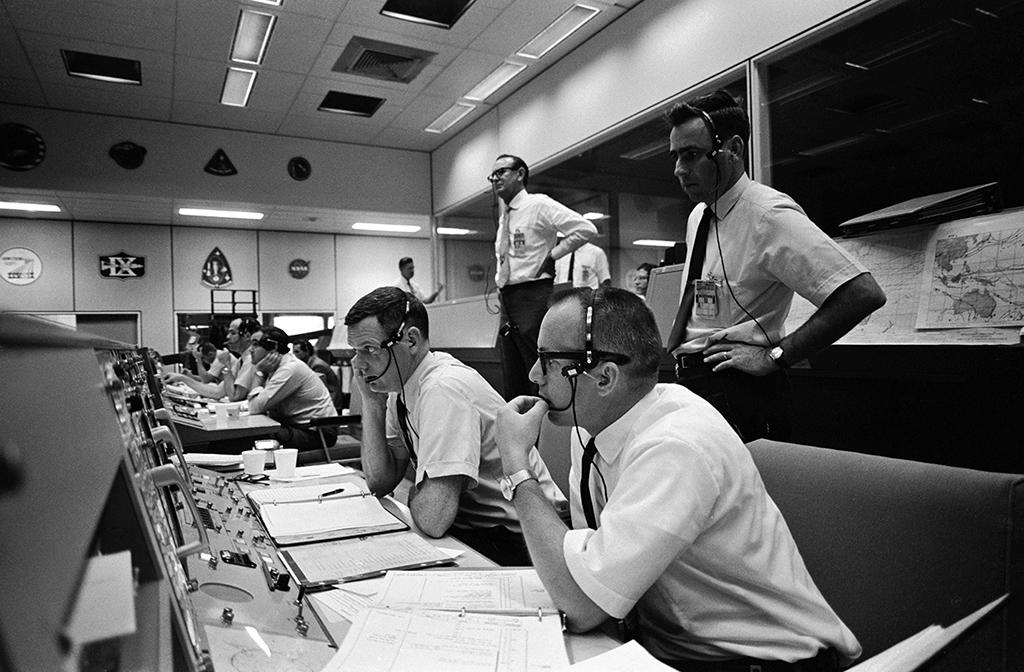 Salle de contrôle de la Nasa avec des opérateurs portant des casques Plantronics MS50 pendant la Mission Apollo 10 (1969)