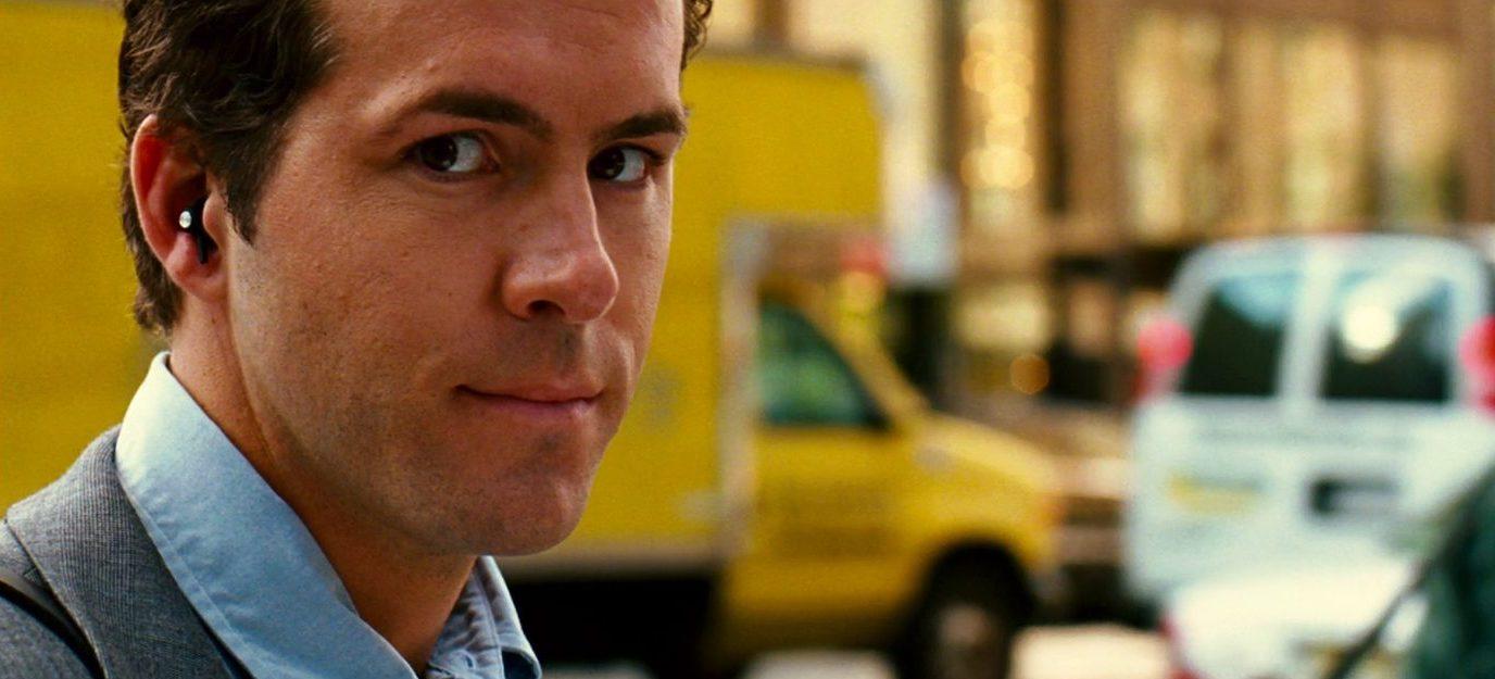 """Le personnage joué par Ryan Reinolds avec des intra sans fil et sans cordon dans le film """"Definetely, Maybe - Un jour peut-être (2008)"""