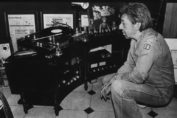 Serge Gainsbourg, pensif, devant son système Hi-Fi