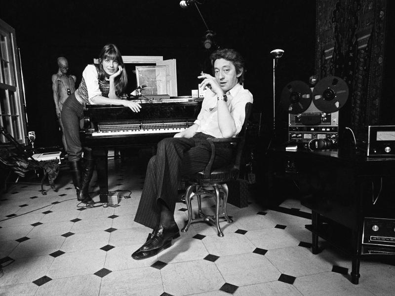 Jane Birkin et Gainsboug dans leur demeure rue de verneuil (Photo par Jean Claude Deutsch)
