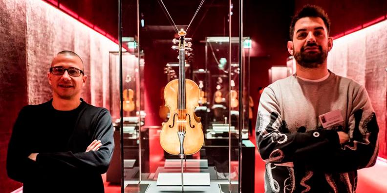 Les membres d'Audiozone à côté des violons Stradivarius