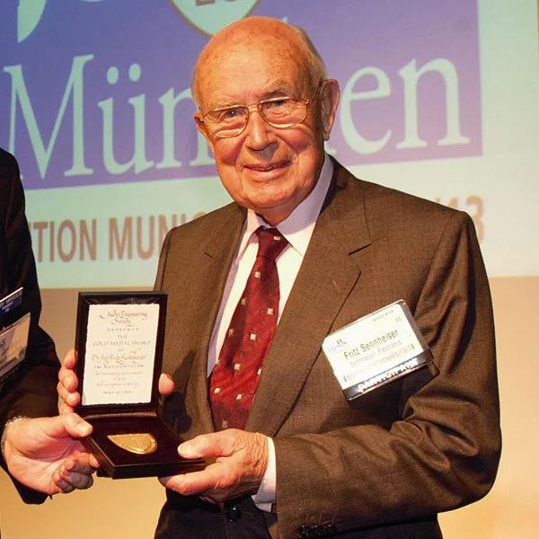 Fritz Sennheiser reçoit la médaille d'or de l'Audio Engineering Society
