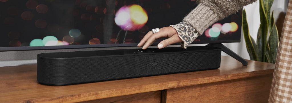 Compacte, la barre sonore Sonos Beam Gen2 pourra facilement être installée au pied de votre téléviseur.